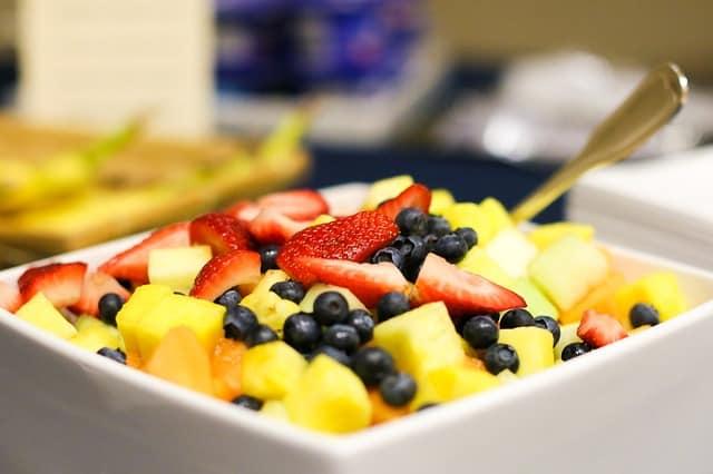 קינוח יוגורט עם פירות